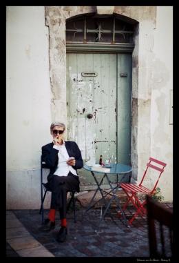 l'homme sur la chaise couleur copie