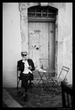 l'homme sur la chaise